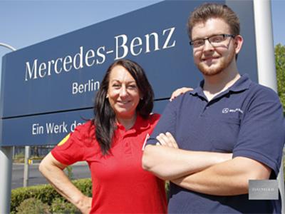 Foto Manuela Enslen und Thilo vor dem Mercedes-Benz Werk Berlin