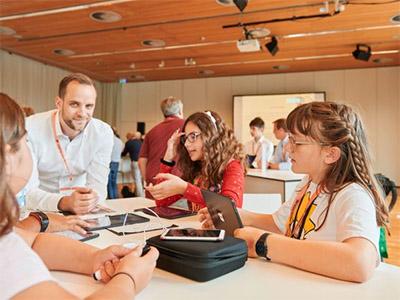 Schüler*innen der Anna Lindh und der Hans Fallada Schule auf der Konferenz Bildung Digitalisierung