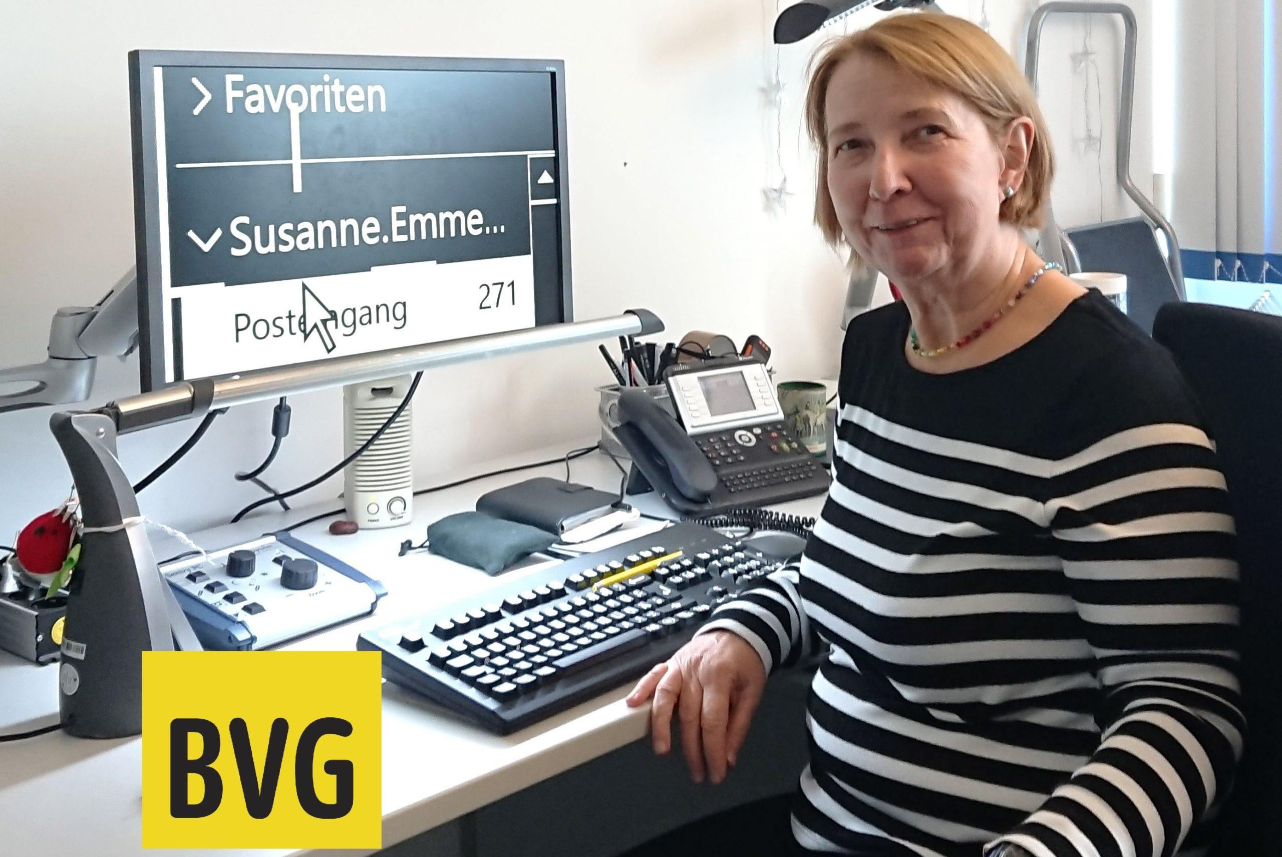 Ökonomin Susanne Emmermann sitzt vor ihrem Computer mit Vorlese- und Vergrößerungssoftware